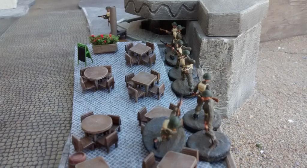 Sergeant Bolter hat hinterm Strandcafé den zweiten Ressourcenmarker für die Kanadier erobert. Jetzt werden sich in den nächsten Runden mehr Möglichkeiten ergeben. Der eine Ressourcenmarker am rechten Flügel ist doch mehr als ärmlich.