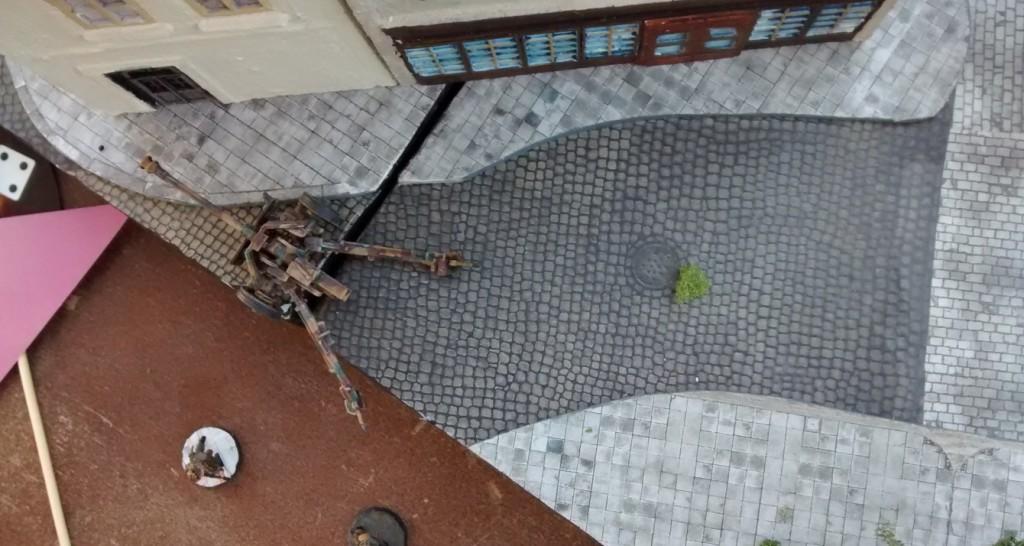 Cromwell und Schörmi haben in der Stadtmitte in der Rue Bertrand den 10er-Trupp an der Pak ausradiert. Die Pak hat man über gelassen. Eventuell können eigene Fußtruppen das Geschütz übernehmen und sinnvoll einsetzen.
