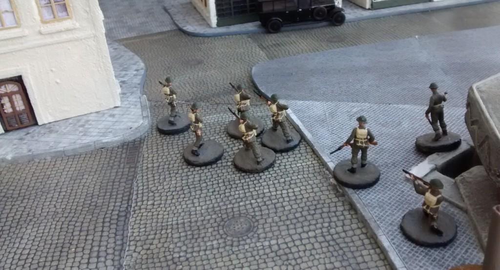 Nach Einnahme des Ressourcenmarkers marschiert Sergeant Bolter mit seinem Trupp in die Altstadt in der Mitte der Platte. Dort will er dem bedrohten Schörmi zu Hilfe eilen.