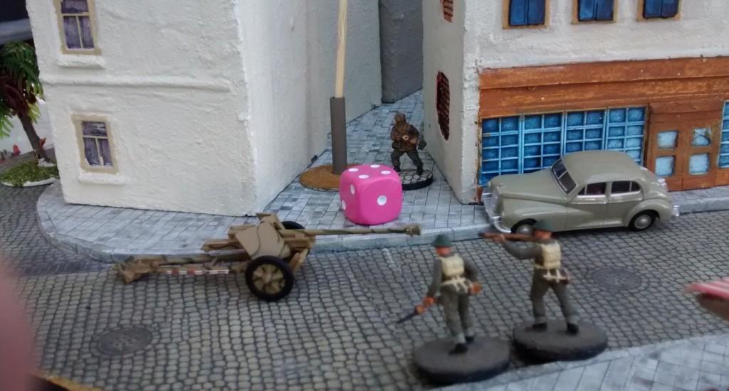 Die beiden letzten Schützen aus Sergeant Chippis Trupp erzielen Treffer. Dennoch werden sie den deutschen Ressourcenmarker nicht einnehmen können. Solange in ihrem Trupp kein Offizier ist, dürfen sie sich nicht bewegen.