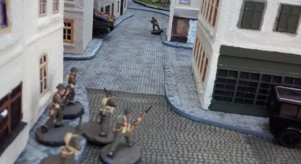 Sergeant Bolter hat mit dem Gefreiten Müller eine Rechnung offen. Er lässt seinen Trupp in Anschlag gehen.
