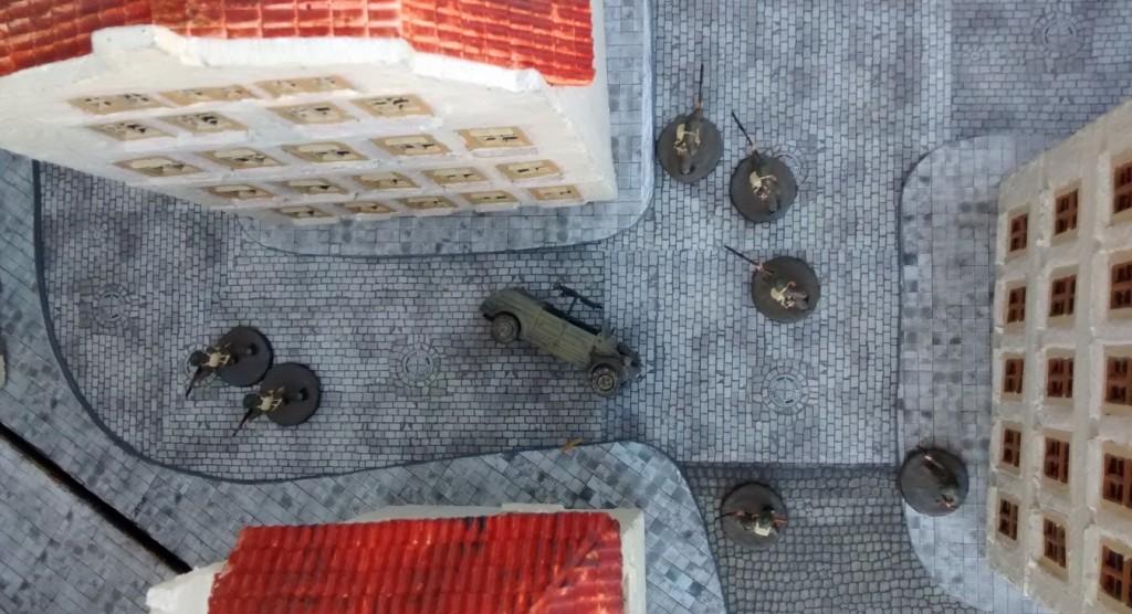 Sergeant Bolter hat den Kübelwagen in der Stadtmitte einebnen lassen. Zwei Handgranaten und Ruhe wars.