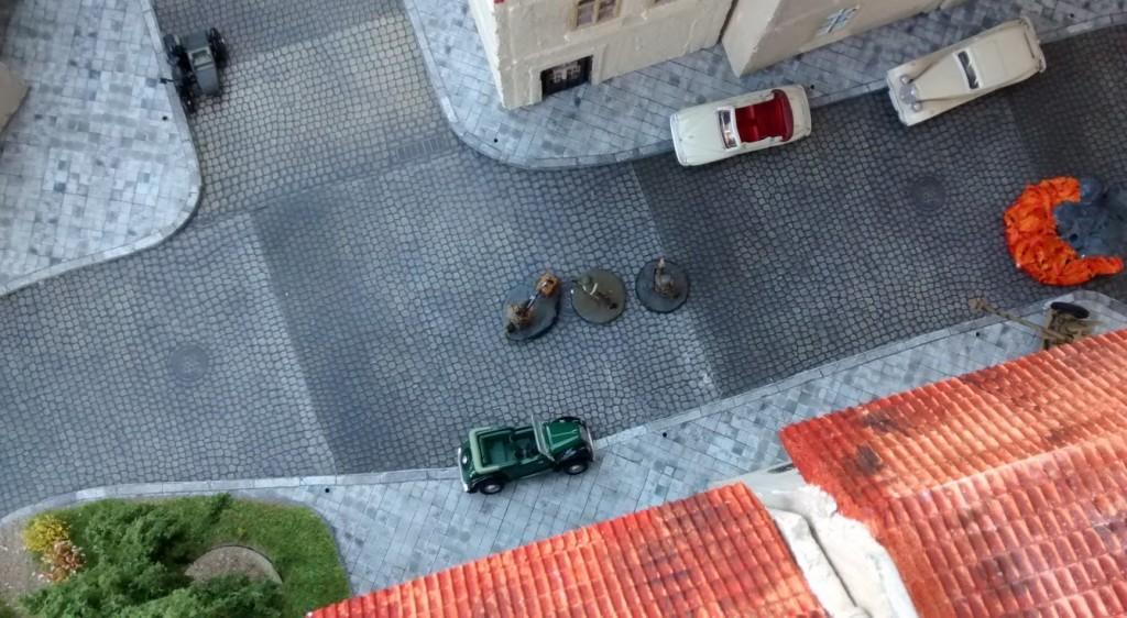 Hauptmann Herrmann und Uffz Fietje drehen den Spieß nun um und greifen ebenfalls mit zwei Spengladungen das Haus von Sergeant MacCallahan an.
