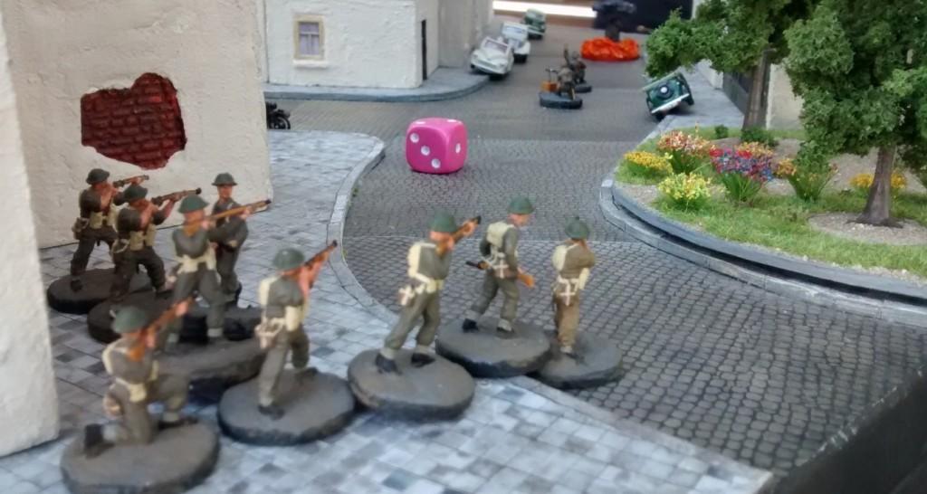 Das ist die Chance für den Lieutenant. Sein Trupp hatte bislang den Ressourcenmarker bewacht. Doch nun greift er aktiv ins Gefecht ein.