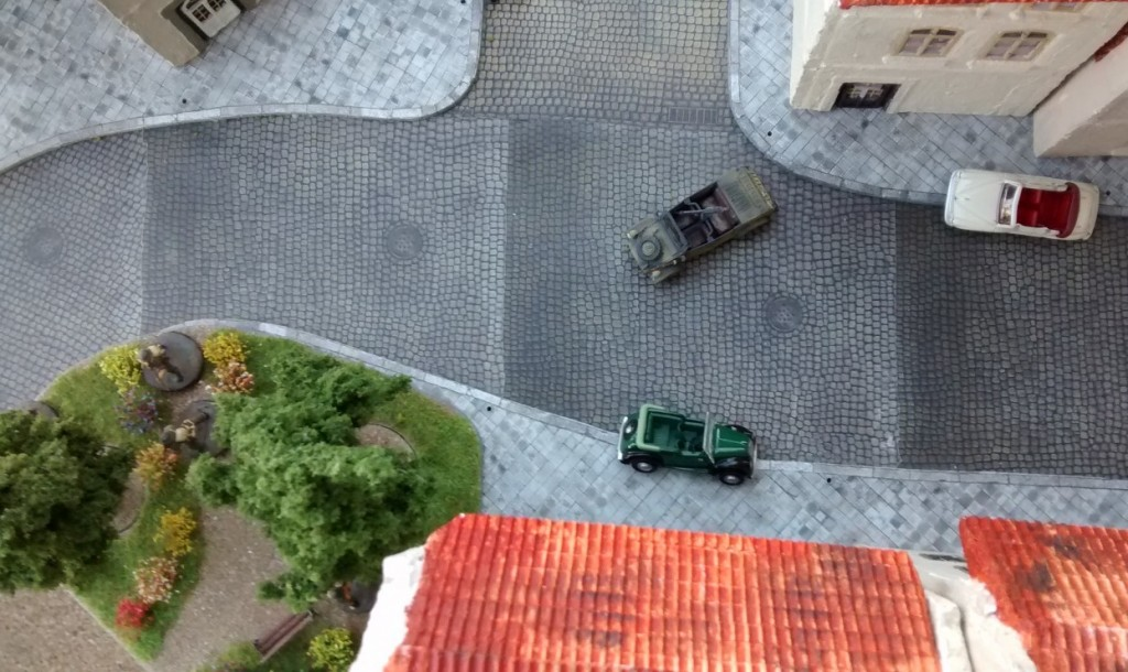 Der Lieutenant gerät nun selbst in Bedrängnis. der Kübelwagen - Überbleibsel des letzten Gefechts - greift an.