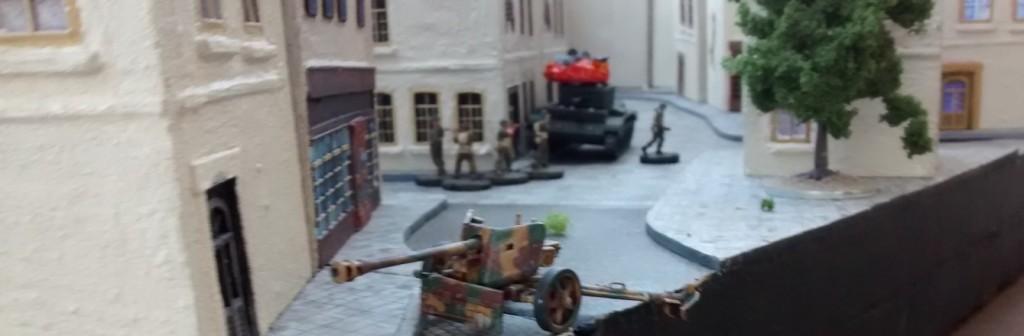 Private Hicklethumb passiert die herrenlose Pak 40, verzichtet aus Zeitgründen jedoch auf die Inbesitznahme des Geschützes.