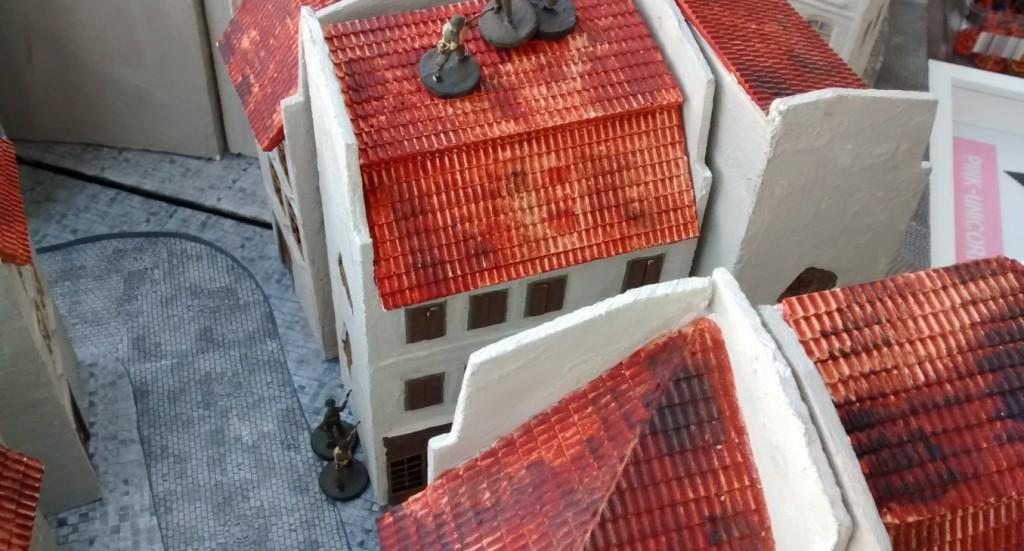 Sergeant Bolter lässt einen Teil seines Trupps in das nächste Gebäude unterziehen.So hält er eine doppelte Bedrohung aufrecht. Wer das Haus mit Sprengladungen angreift, wird vom um die Ecke eilenden Sergeanten Bolter persönlich geboltet.