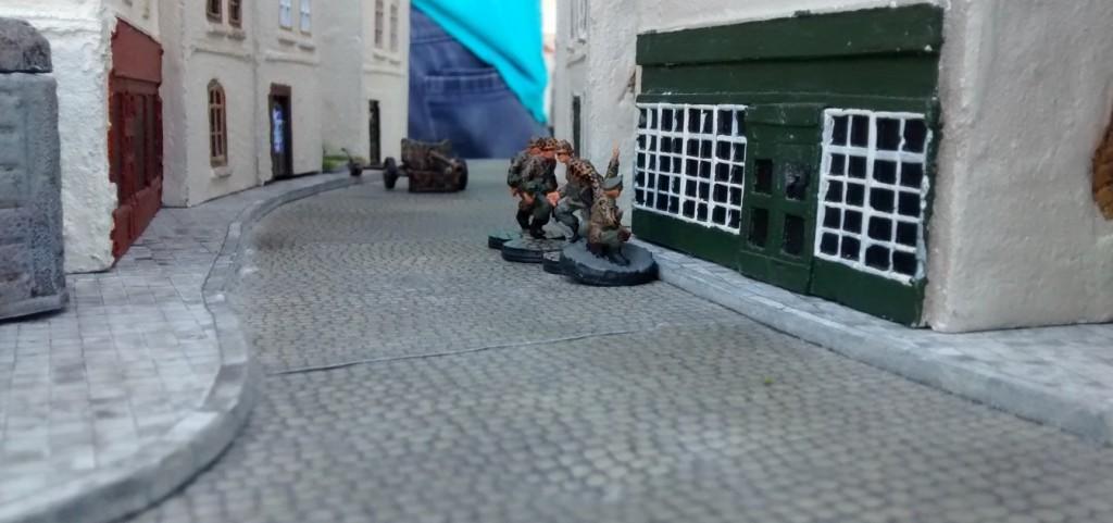 Der deutsche Trupp verlässt das Haus und marschiert in Richtung WN27.