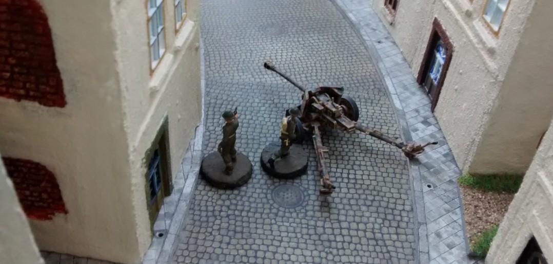 Mit einer Panzerfaust streckt der verbliebene kanadische Schütze einen Soldaten nieder. Private Hicklethumb erledigt den Offz mit einem Feuerstoß aus seiner Bren Gun. Damit ist das Spiel entschieden. Der kanadische Spieler gewinnt mit seinen letzten zwei Figuren.