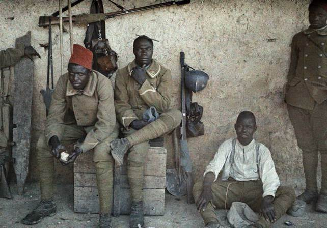 16. Juni 1917: Soldaten aus dem Senegal, die bei der französischen Infanterie dienen, ruhen bei sich bei Saint-Ulrich aus.