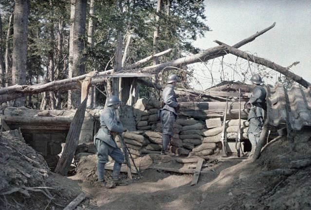 16. Juni 1917: der Schützengraben, verstärkt mit Holzbalken und Sandsäcken, dient als Beobachtungsposten für französische Soldaten nahe deutschem Territorium bei Hirtzbach im Departement Haut-Rhin