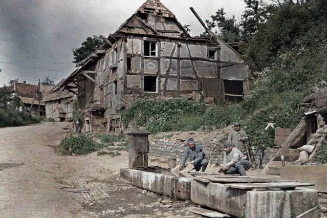 18. Juni 1917: zwei französische Soldaten waschen ihre Wäsche in einem Brunnen, während sie die Telefonstation bewachen. Largitzen,  Frankreich.