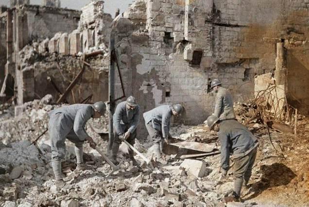 Fünf französische Soldaten durchsuchen die Trümmer der Ruinen in Reims. 60 % der Stadt wurden von der deutschen Artillerie und durch Luftangriffe zerstört.