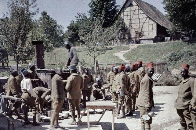 16. Juni 1917: eine Gruppe senegalesischer Soldaten, die als Infannteristen in der französischen Armee dienen, nehmen ihr Frühstück zu sich. Saint-Ulrich.