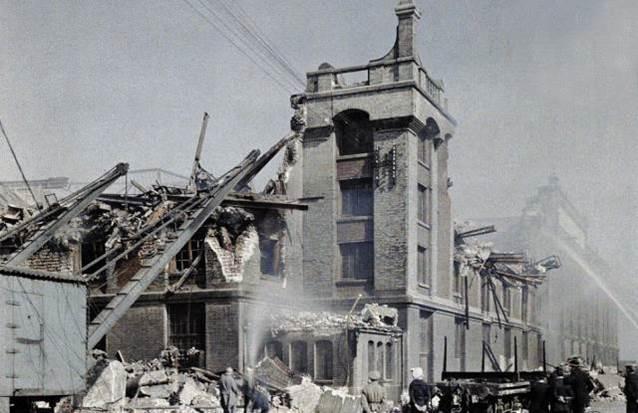 2. September 1917: französische Feuerwehrleute, Offiziere und Zivilisten versuchen, nach einem Bombardement einen Brand zu löschen. Dünkirchen.