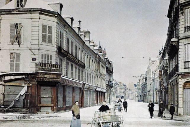3. März 1917: eine Frau mit einem Karren voller Milchkannen und ein Mann mit einem anderen Wagen in der Rue de Talleyrand in Reims.