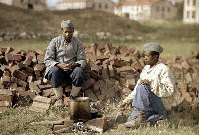 Zwei französische Soldaten aus Afrika erhitzen ihre Mahlzeit auf einem improvisierten Lagerfeuer aus Ziegeln in Soissons im Departement Aisne