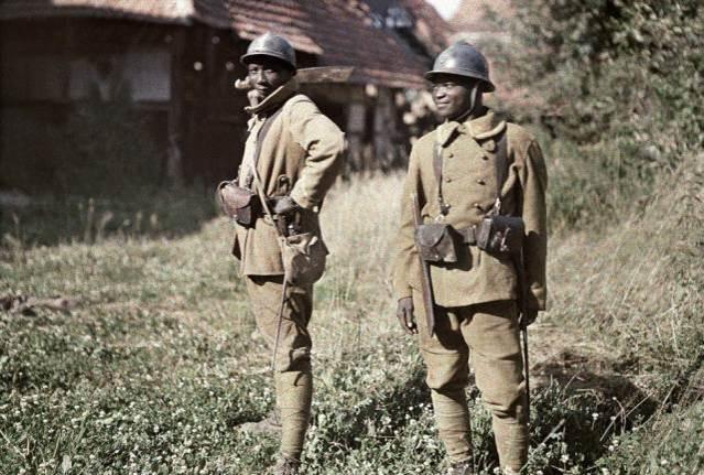 2. Juni1917: zwei senegalesische Soldaten vom Stamme der Bambara dienen in der französischen Armee als Infanteriesten. Balschwiller, Frankreich.