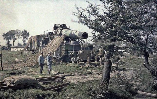 5. September 1917: französische Soldaten tarnen ein 370mm-Eisenbahngeschütz bei Noyon.