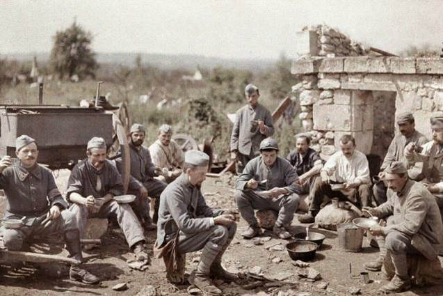 Die französischen Soldaten des 370. Infanterieregiments (370ème Régiment d'Infanterie) genießen ihre Mahlzeit in der Schlacht an der Aisne im Jahr 1917.