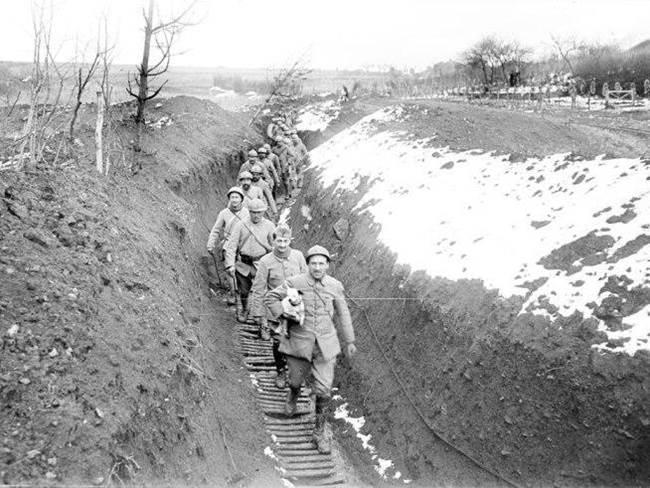 Verbindungsgraben bei Regniéville an der Front bei Nancy. April 1917.