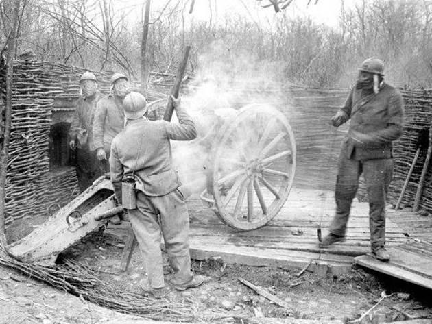Ein kurzer 120mm-Mörser feuert an der Front bei Nancy. April 1917.