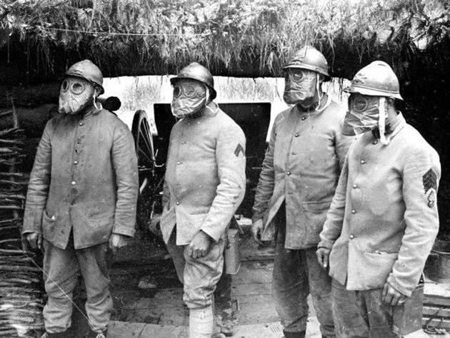 Artilleristen mit ihren Gasmasken im Wald von Parroy an der Front um Nancy. April 1917.