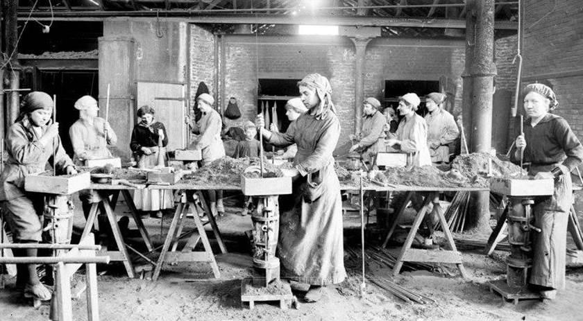 In der Fabrik bei Pompey werden 155mm-Granaten hergestellt. Front bei  Nancy. April 1917.