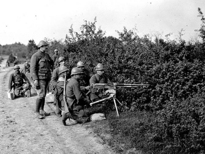 Einweisung am Maschinengewehr im Lager von Dampierre (Departement Aube). Juli 1917.