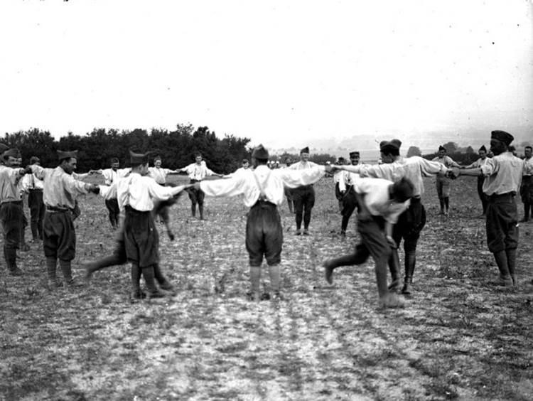 Sportliche Momente der Erholung für Soldaten im Lager von Dampierre (Departement Aube). Juli 1917.