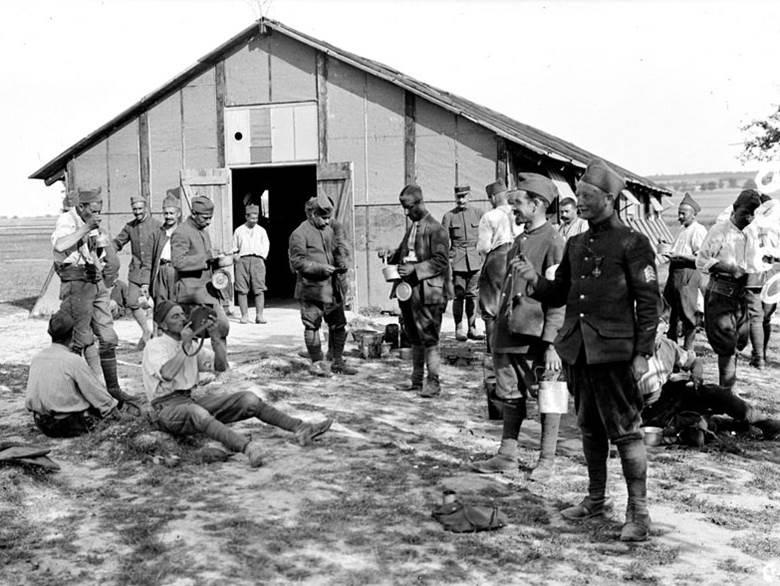 Frühstückspause der Soldaten im Lager von Dampierre (Departement Aube). Juli 1917.