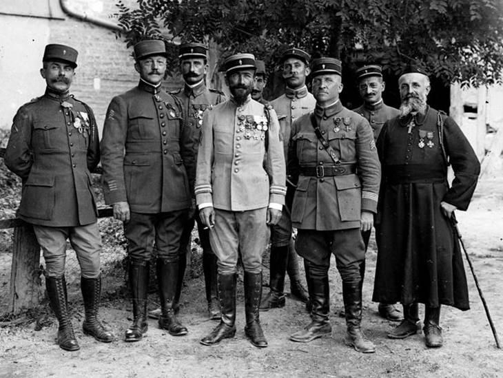 Oberstleutnant (Lieutenant-Colonel) Rollet und sein Stab im Lager von Dampierre (Departement Aube). Juli 1917.