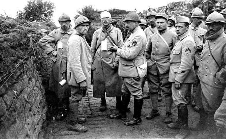 Erste französische Verwundete bei der Offensive in Flandern. Juli 1917.