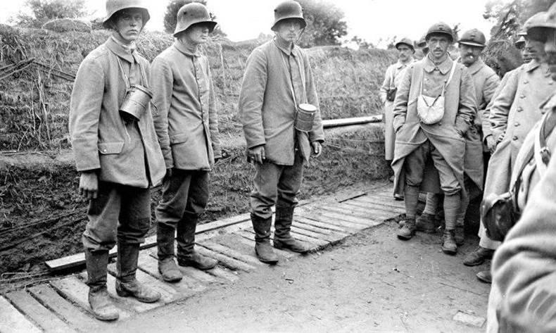 Deutsche Gefangene bei der Offensive in Flandern. Juli 1917.
