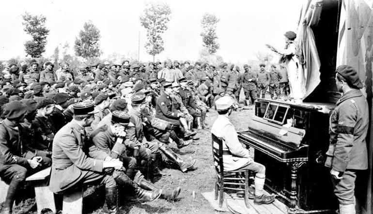 Aufführung im Fronttheater in Osstvleteren in Belgien. Juli 1917.