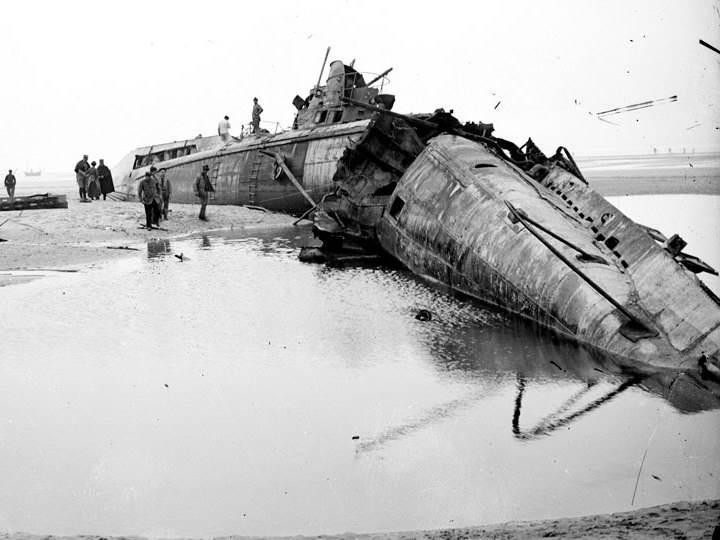 Das deutsche U-Boot UC-61 liegt gestrandet am Strand von Wissant am Pas-de-Calais. Es wurde von seiner Besatzung zerstört. August 1917.