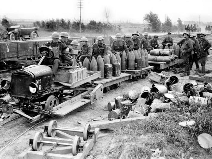 Munitionstransport mit der Feldbahn. Englische Haubitzen erhalten Nachschub bei Decauville an der Front in Flandern. August 1917.