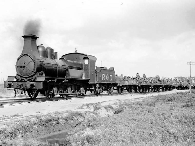 Britische Truppen benutzen einen Zug, um an die Front in Flandern zu gelangen. September 1917.