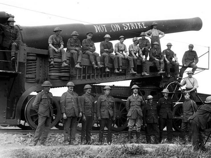 Ein schweres britisches Eisenbahngeschütz  an der Front in Flandern. September 1917.