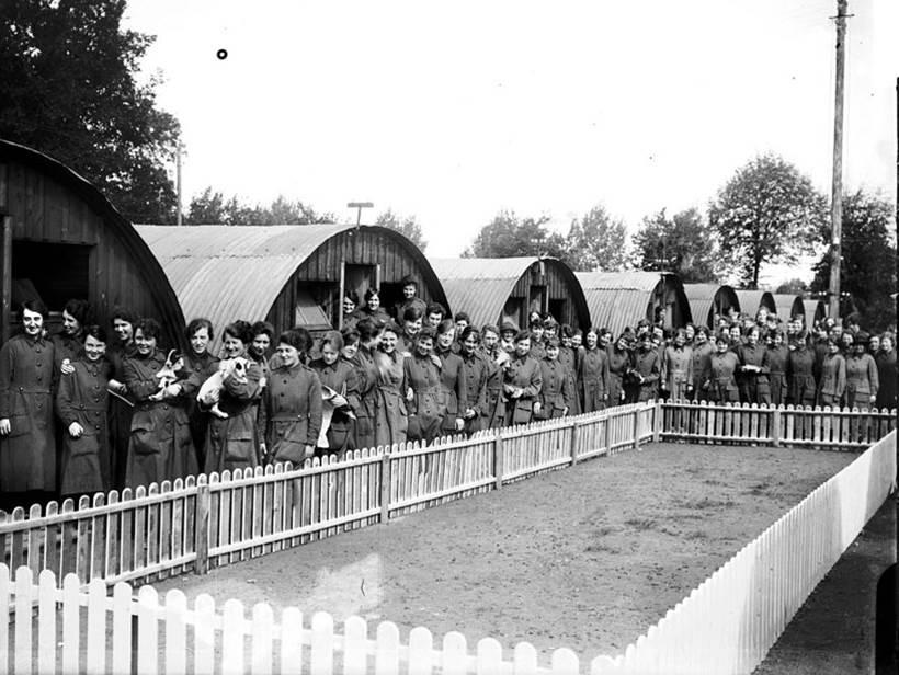 Personal des WAAC (Womens Auxiliary Army Corps) vor ihren Baracken.