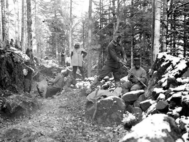 Madegassen bei Strassenbauarbeiten in den Vogesen. November 1917.