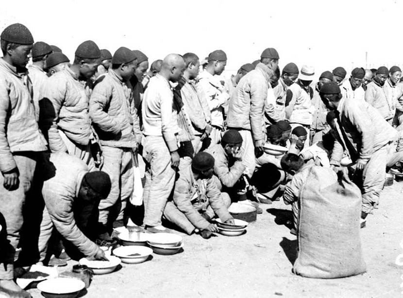 Verteilung von Linsen an chinesische Arbeiter in Port-Saïd in Ägypten. Januar 1918.