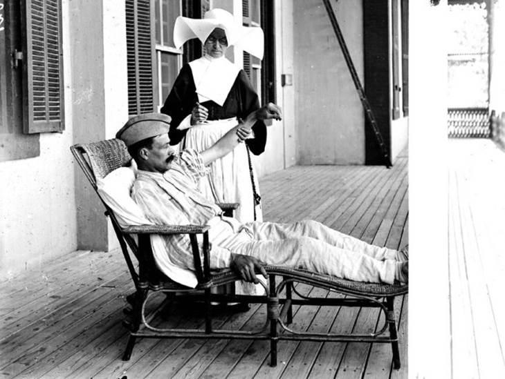 Schwester Augustine und ein verwundeter französischer Soldat im Krankenhaus von Ismaïlia. März 1918.