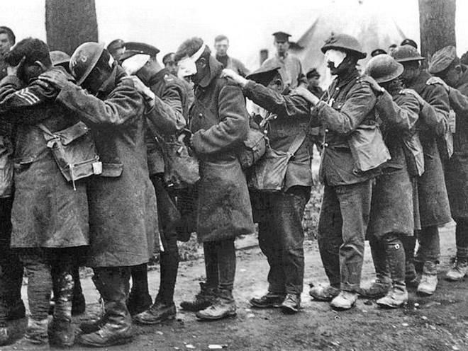 Britische Soldten nach einem Angriff mit Reizgas in Flandern. April 1918.