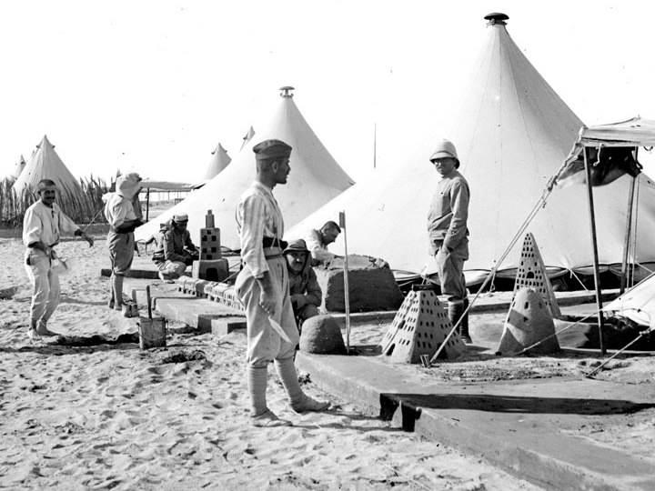 Soldaten bauen Sandburgen im Lager von Ismailia in Ägypten. Mai 1918.