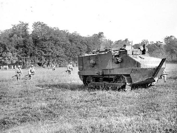 Kampfpanzer von Typ Schneider im Wald von Saint-Imoges an der Front an der Marne. Juli 1918.