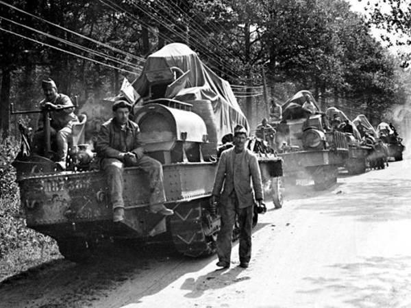 Panzer vom Typ Renault FT-17 werden an die Front transportiert. Zweite Schlacht an der Marne. Juli 1918.