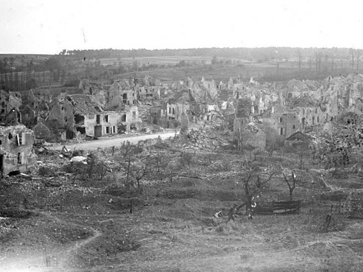 Ruinen einer Ortschaft nach dem deutschen Rückzug bei Vaux (Departement Aisne). Juli 1918.