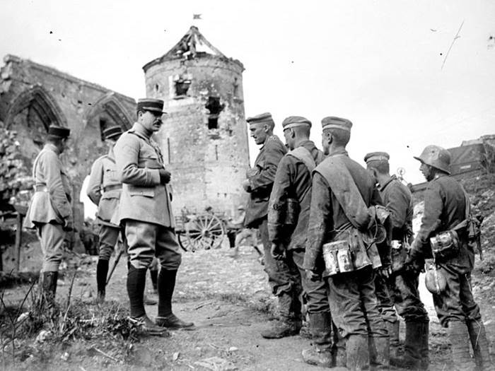 Ein Offizier verhört deutsche Kriegsgefangene nahe Soissons (Departement Aisne). September 1918.