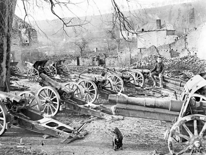 Nach dem Waffenstillstand aufgegebene deutsche Haubitzen in Givonne in den Ardennen. November 1918.